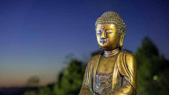 مجسمه طلایی بودای متفکر