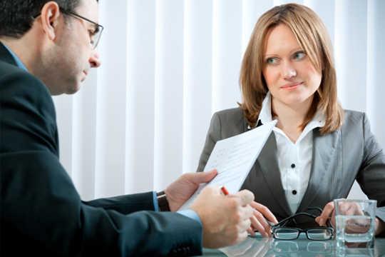 女性は男性にもっと給料を要求しない - しかし女性は女性に要求する