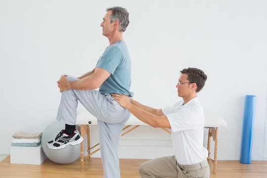 पीठ दर्द? एक फिजियोथेरेपिस्ट सबसे प्रभावी उपचार प्रदान कर सकता है