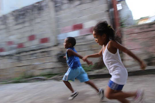 Hoe skermtyd vertraag vertragings in kinderontwikkeling