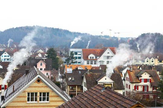 Syötä puun polttavat uunit talvella tapahtuvaan pilaantumiseen ja terveysuhkiin