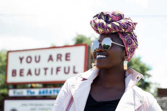 여성들은 소셜 미디어에서 보는 것을 제어함으로써 긍정적 인 신체 이미지를 만들 수 있습니다.