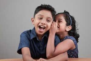 Cómo bromear con tus hermanos y hermanas moldea tu sentido del humor