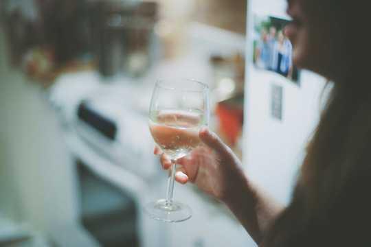 Dün geceki şarap şişesine biraz fazla baktın mı?