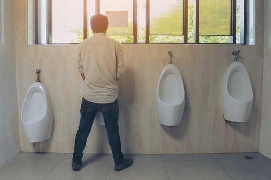 O sangue na sua urina é o sintoma mais comum do câncer de bexiga.