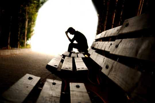 Perché gli uomini sono molto più a rischio di depressione rispetto alle donne nelle aree depresse