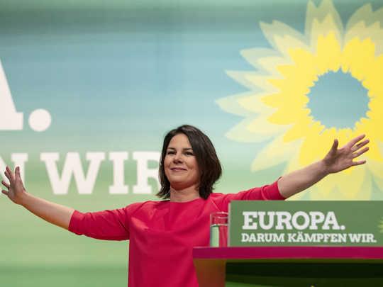 जर्मनी की ग्रीन पार्टी ने मेजर पॉलिटिकल फोर्स बनने के लिए दूर की कौड़ी पर कदम रखा
