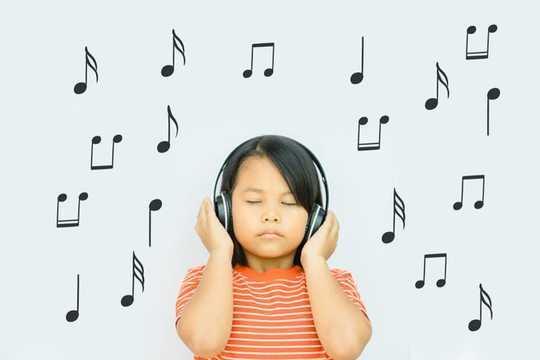 Làm thế nào âm nhạc trị liệu có thể giúp trẻ em lo lắng