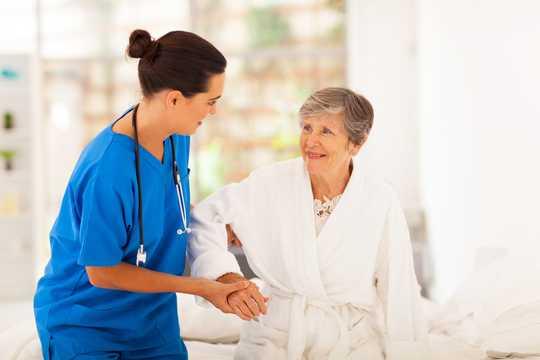 Warum Krankenschwestern 83 weniger Minuten vor den Arbeitstagen schlafen