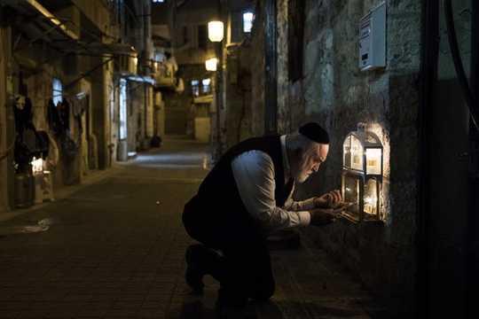 Die Geschichte von Chanukka: Wie ein kleiner jüdischer Feiertag im Bild von Weihnachten neu gemacht wurde