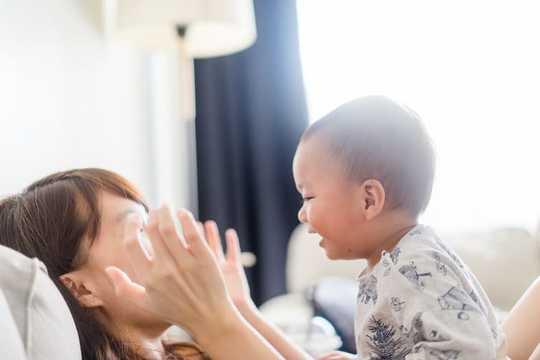 嬰儿期和幼儿期如此重要因為依戀