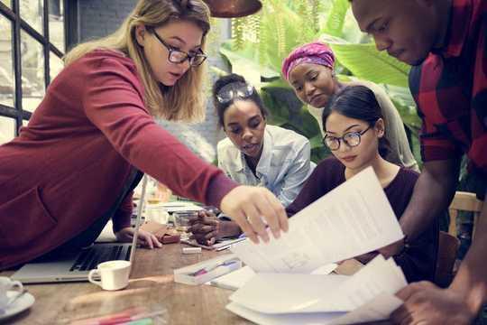 Nữ doanh nhân phát triển mạnh trong khi quản lý đội ngũ tài năng và nhà đầu tư cân bằng