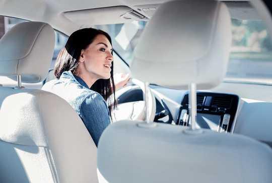 Pourquoi vous baissez la radio lorsque vous essayez de garer votre voiture