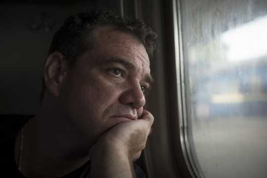 لماذا الرجال أكثر عرضة لخطر الاكتئاب من النساء في المناطق المحرومة
