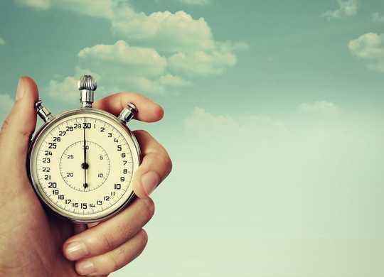 Tại sao thời gian dường như trôi qua nhanh hơn khi chúng ta già đi