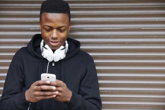 Pourquoi les applications de rencontres rendent les hommes malheureux et fournissent une plate-forme pour le racisme