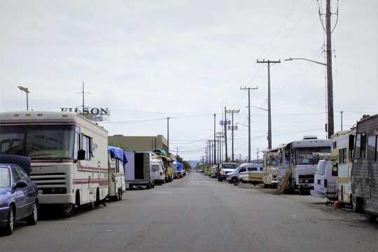 بدون پارکینگ، هزاران آمریکایی که در وسایل نقلیه زندگی می کنند هیچ جایی برای رفتن ندارند