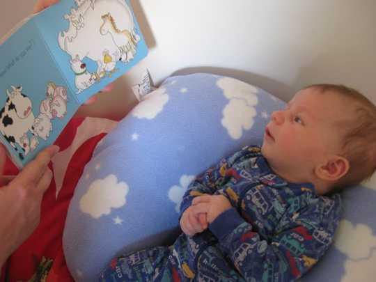 아기의 두뇌를 위해 적절한 시간에 올바른 책을 읽으십시오.