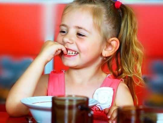 كيفية الحصول على الاطفال لتناول الطعام الصحي