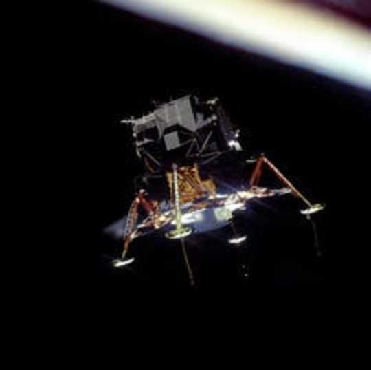 イーグルは月面着陸する準備をしています。