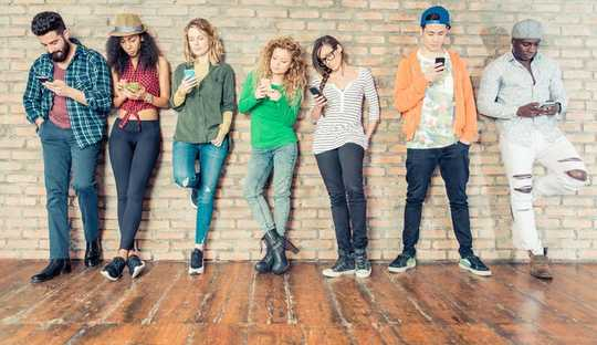 四分之一的兒童和年輕人對智能手機上癮