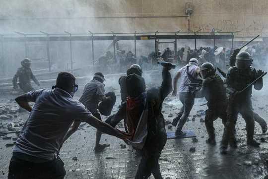 لماذا الاضطرابات الحضرية تدفع موجة عالمية من الاحتجاجات