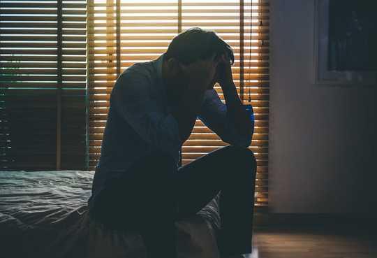 क्यों खराब आर्थिक समाचार आत्महत्या दर बढ़ाता है