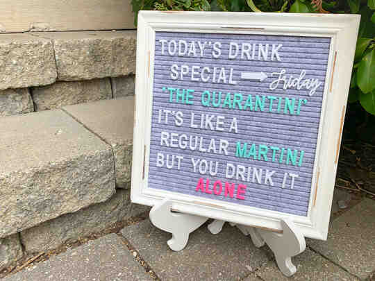 ป้ายที่เขียนว่า 'เครื่องดื่มพิเศษวันนี้คือ quarantini เหมือนมาร์ตินี่ทั่วไป แต่คุณดื่มคนเดียว'