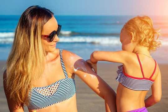 क्या आपको चिंता होनी चाहिए कि सनस्क्रीन से रसायन हमारे खून में मिल सकते हैं?