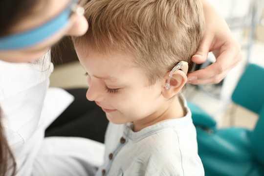 Selfs 'n sagte gehoorverlies as 'n kind kan langdurige gevolge hê vir hoe die breinverwerkings klink