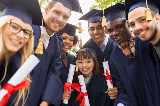 Hvordan High School Dropouts koster land en svimlende mengde penger