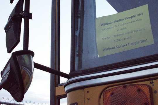 'N Teken in 'n skoolbus geparkeer in een van Seattle se suidelike industriële gebiede.