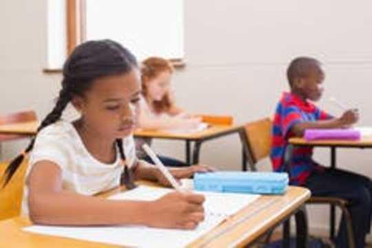 बच्चों को ध्यान में रखना सिखाना आपकी अपनी तनाव को कम करने में मदद कर सकता है