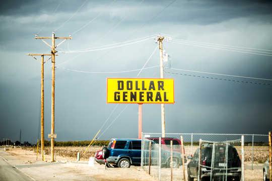 डॉलर स्टोर किराना व्यवसाय से अधिक ले रहे हैं, और यह सार्वजनिक स्वास्थ्य और स्थानीय अर्थव्यवस्थाओं के लिए बुरी खबर है