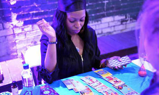 Black Girl Magic: How Tarot helpt Women of Color Connect