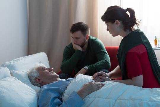 Wie Todesdoulas Versorgungslücken am Ende des Lebens schließen können