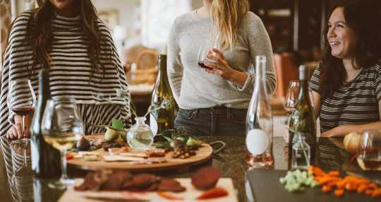 Cara Bertahan Kerabat yang Mengganggu Musim Liburan Ini