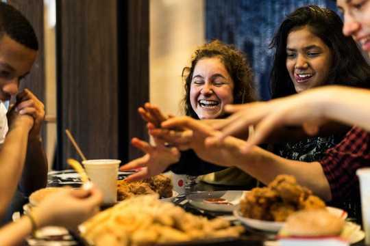 Cómo la comida chatarra da forma al cerebro adolescente en desarrollo