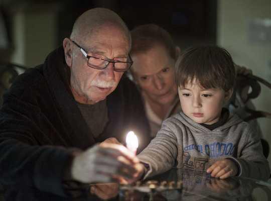 Att fråga människor med minnesförlust om tidigare helgdagar kan hjälpa dem att komma ihåg glada tider