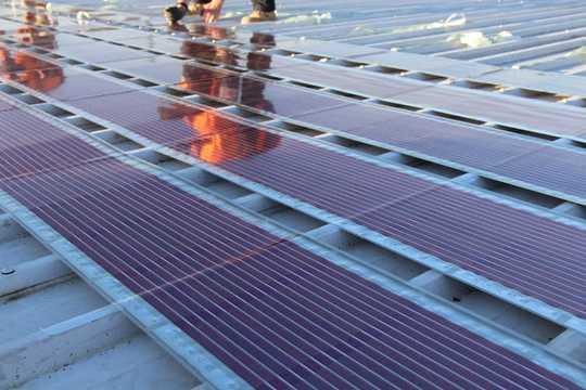 Nuove celle solari offrono la possibilità di stampare pannelli solari e incollarli sul tetto