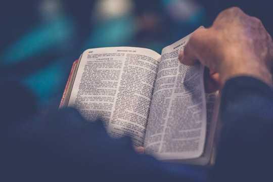 Många evangeliska kyrkor tror att män borde kontrollera kvinnor?