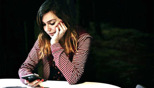 Per gli adolescenti più grandi, la dipendenza dal telefono può prevedere la depressione