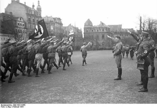 히틀러가 어떻게 독일어가되었는지 이해하여 현대 극단 주의자들과의 거래를 도와줍니다.
