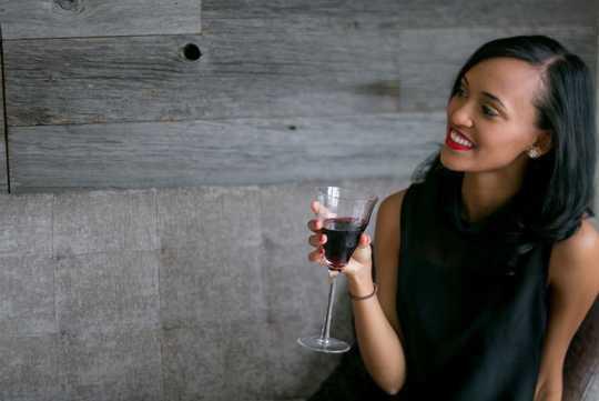 Är det säkert att dricka alkohol under amning?