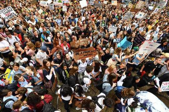 क्यों कंपनियों को अपने कर्मचारियों को जलवायु हड़ताल में शामिल होने देना चाहिए