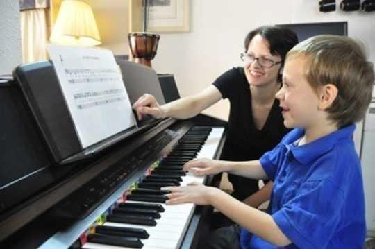 Tại sao một số người nhanh hơn trong việc học âm nhạc hơn những người khác?