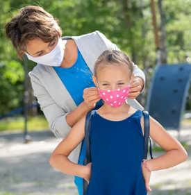 부모는 어린이와 청소년이 안전하게 지내는 데있어 자신의 역할을 파악하도록 도울 수 있습니다. (귀하의 자녀가 코로나 19 기간 동안 학교로 돌아가는 데 대처할 수 있도록 돕는 방법)
