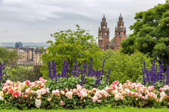 Ansicht der Kelvingrove Art Gallery vom Kelvingrove Park, Glasgow.