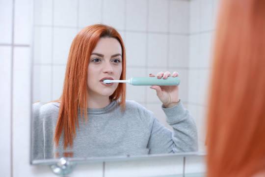 Comment transformer le brossage de vos dents en un exercice de pleine conscience pour renforcer l'intuition