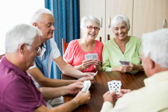 5 aktiwiteite wat u geestelike en fisieke gesondheid kan beskerm tydens u ouderdom
